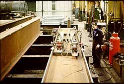 Local heating of the flange edges to produce curved beams for a bridge structure