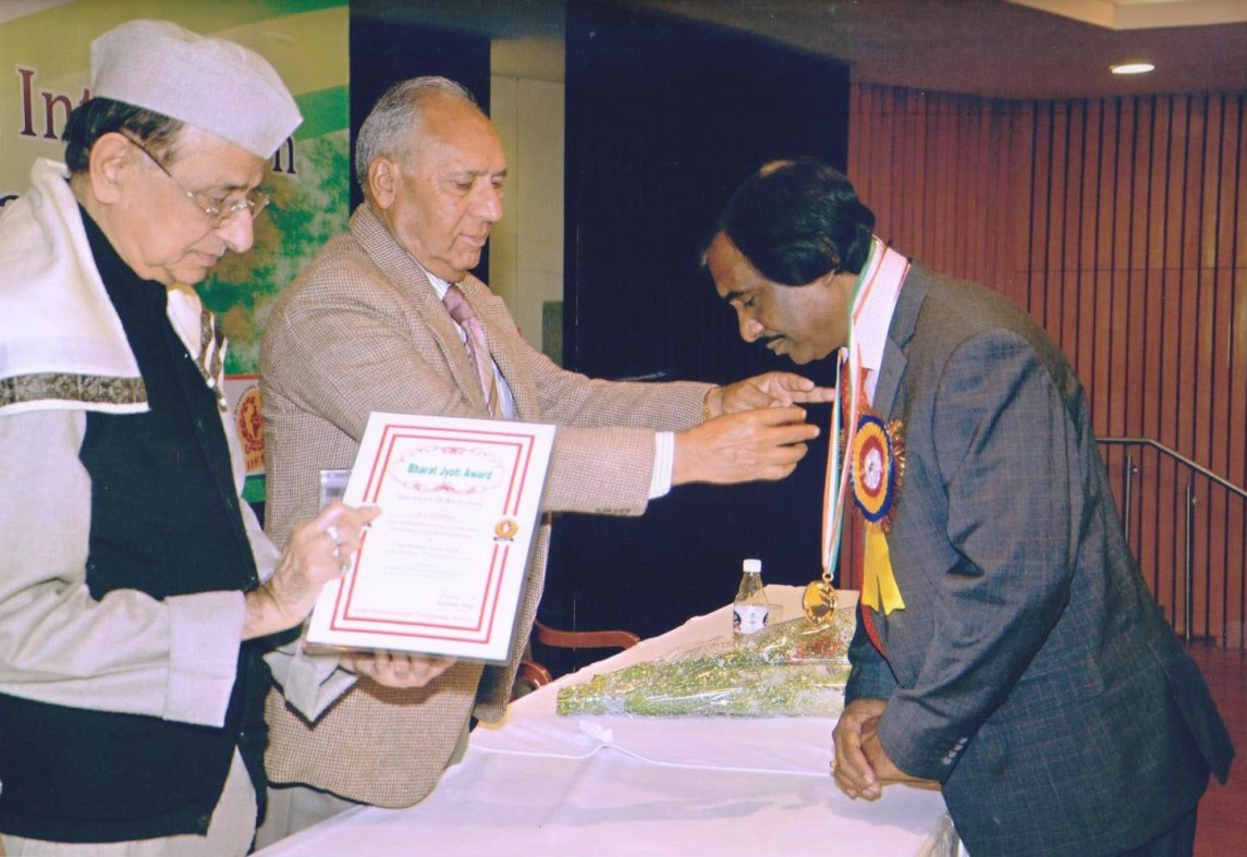 Mr R.J. Pardikar receives the Glory of India Gold Medal