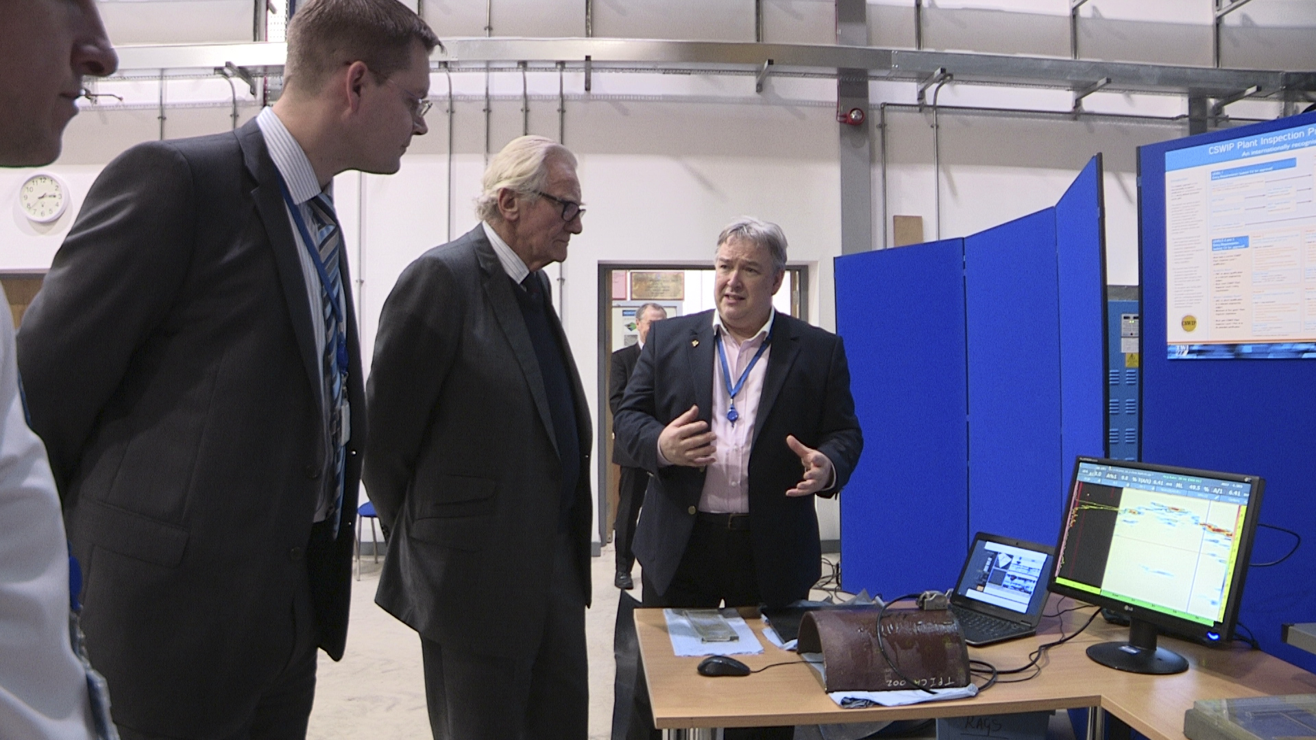 TWI's Neil Harrap discusses with Lord Heseltine non-destructive testing techniques used by inspection personnel to monitor the structural integrity of pipelines and large components